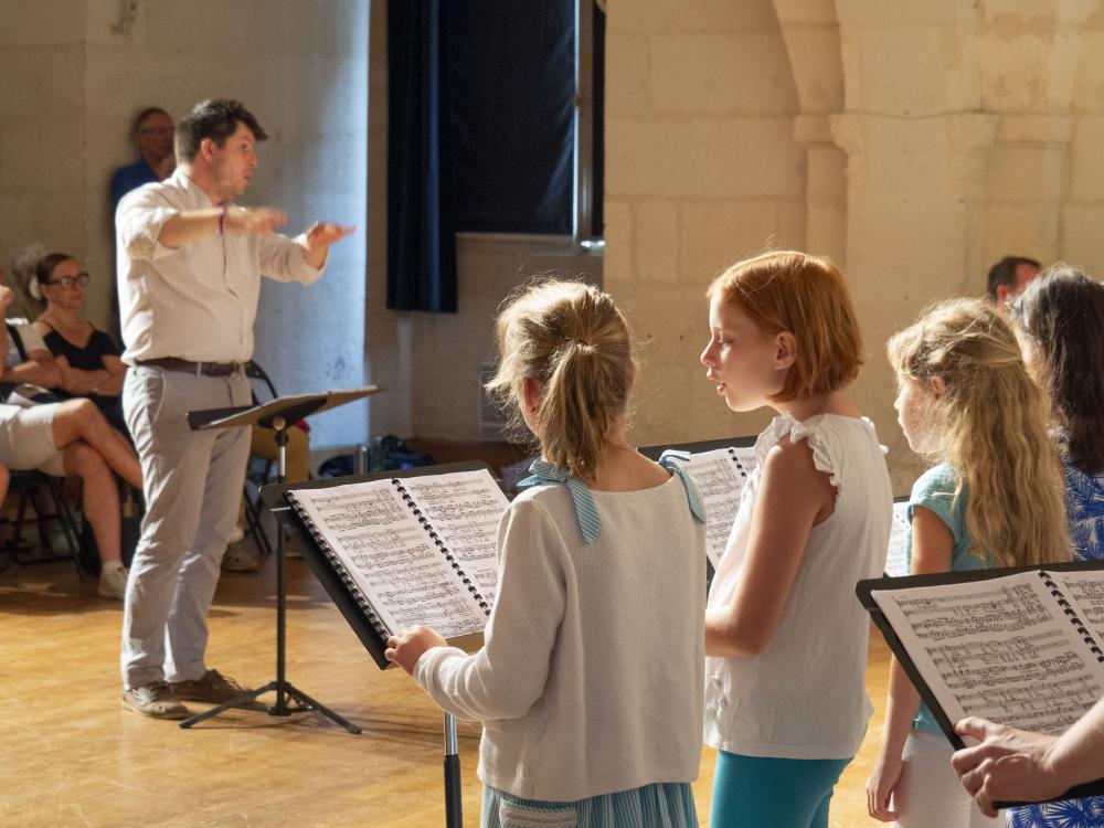 chorale d'élèves et leur professeur de chant
